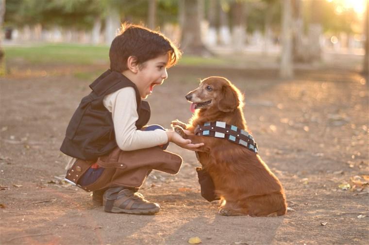 dühös gyermek boldogan kutyával