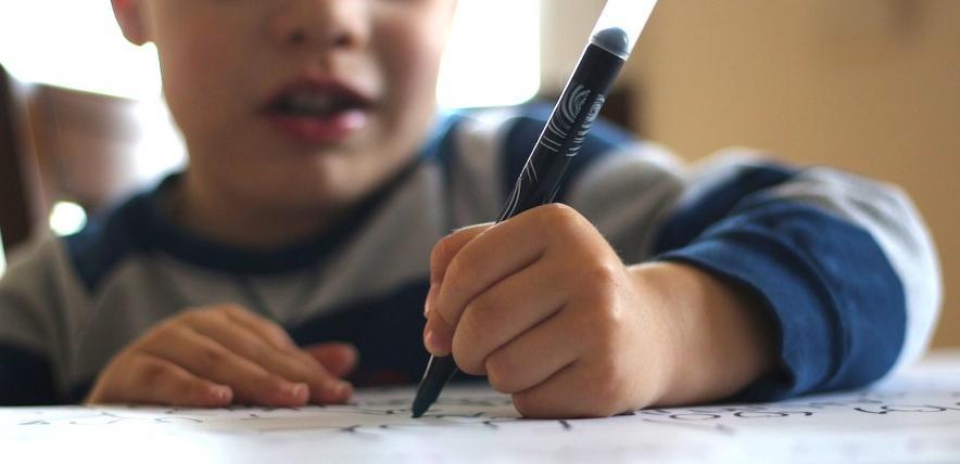 Balkezes gyermekek írás- és olvasásnehézségei